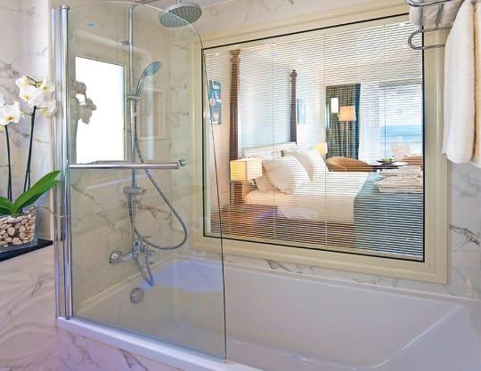 Deluxe Superior Sea & pool view bathroom