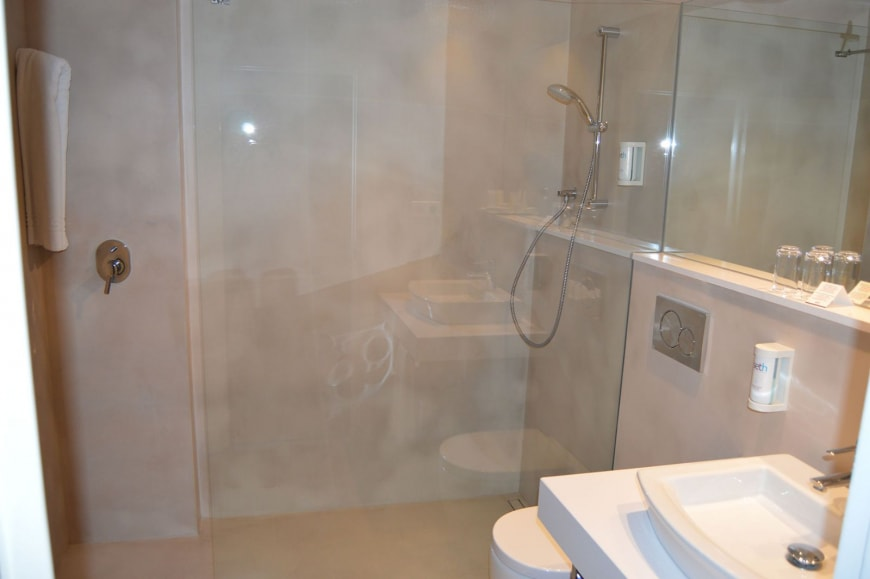 Double Room with Balcony bathroom