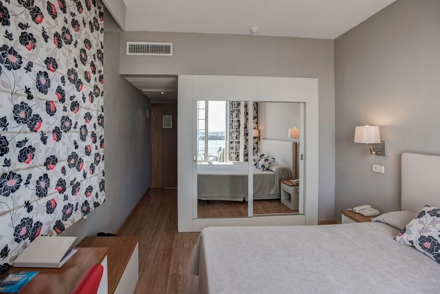 Double Room with Sea View Balcony3