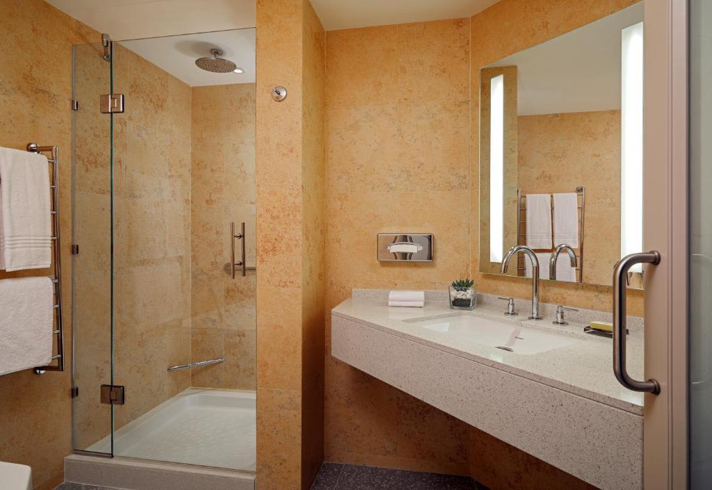 Superior King Room bathroom
