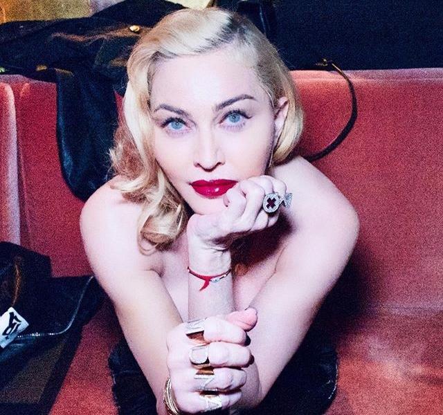 Мадонна перед поклонниками раздвинула ноги в прозрачном бюстгальтере