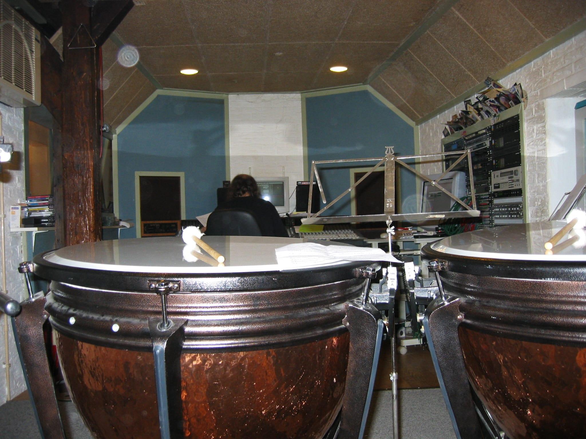 Een dweilorkest met pauken en cello in een opnamestudio?