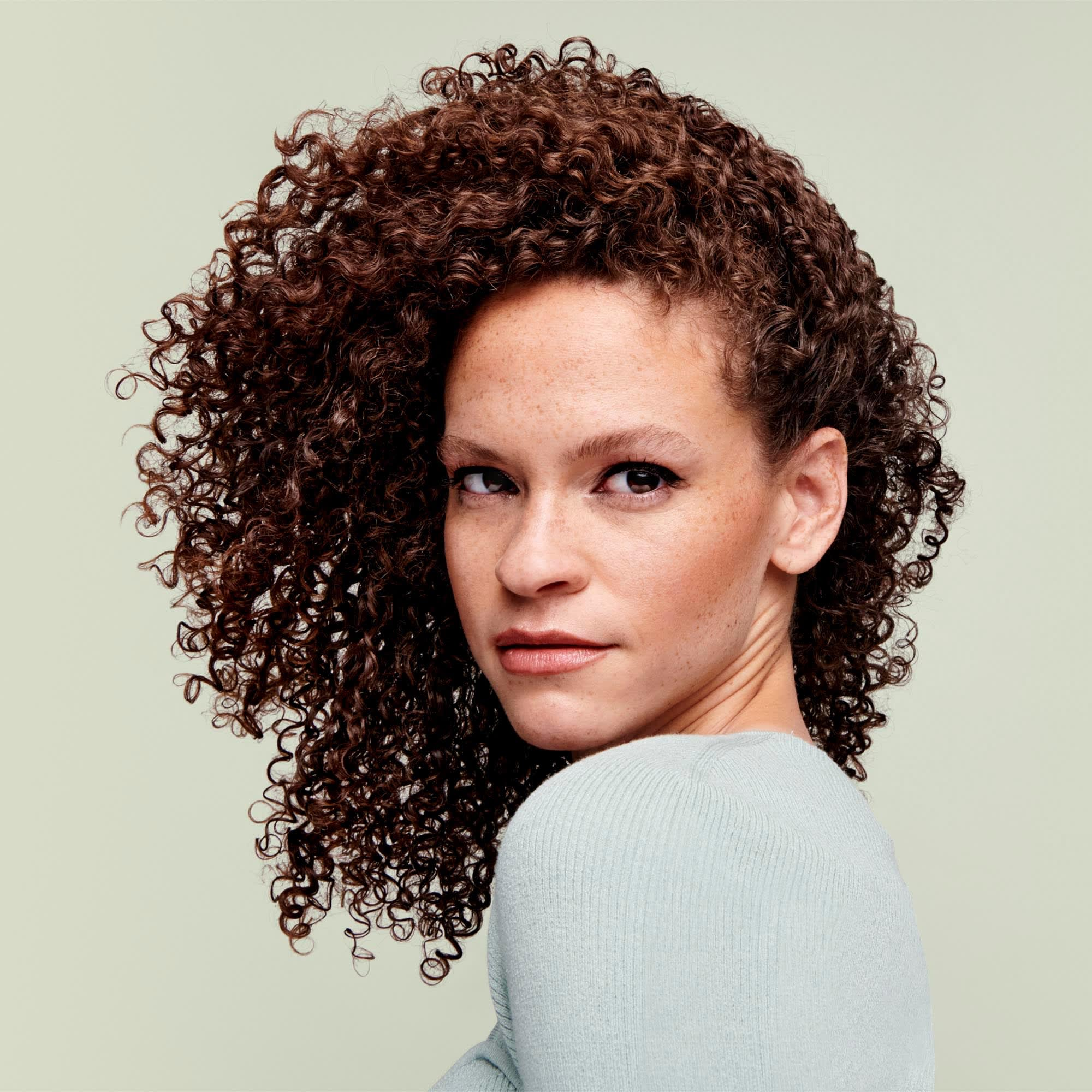 Model with medium to coarse hair texture