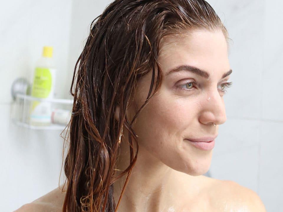 kobieta z falami pod prysznicem