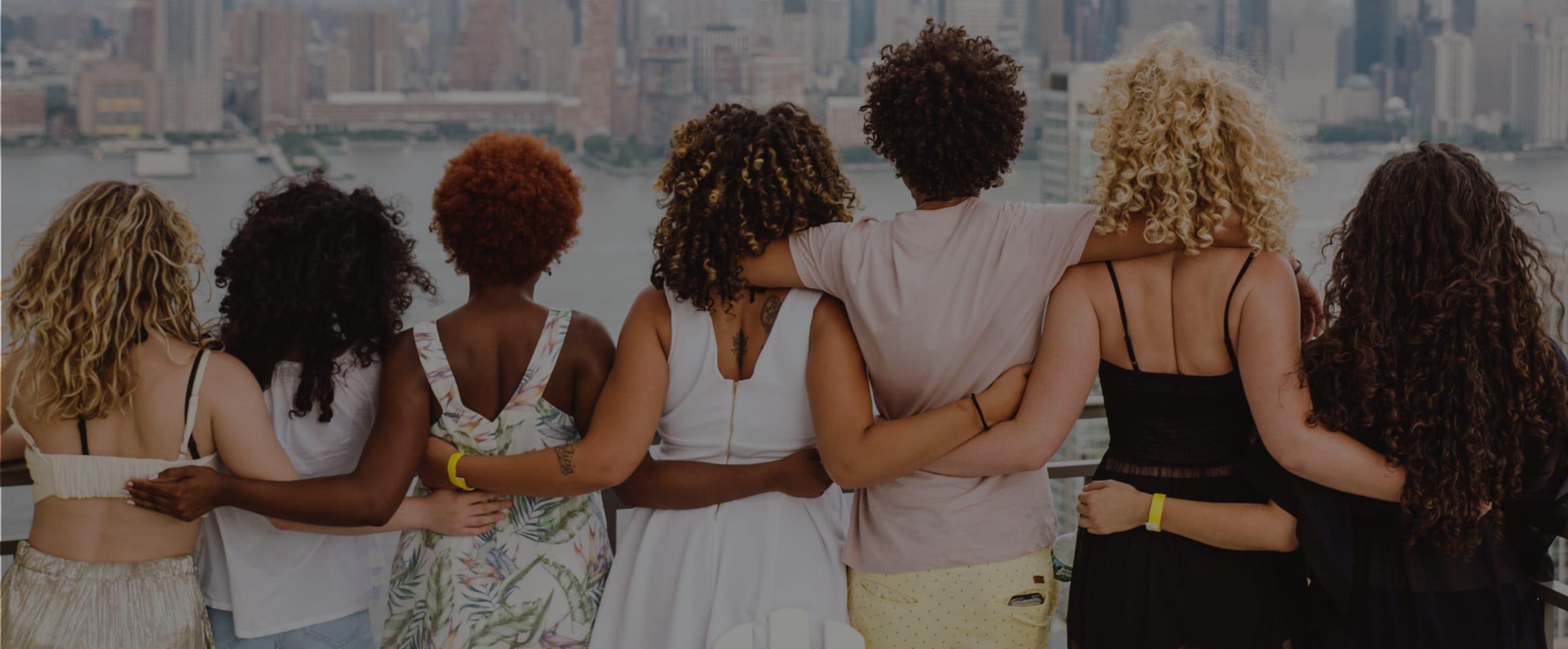 Gruppenfoto von der Locken-Community mit Blick auf den Horizont