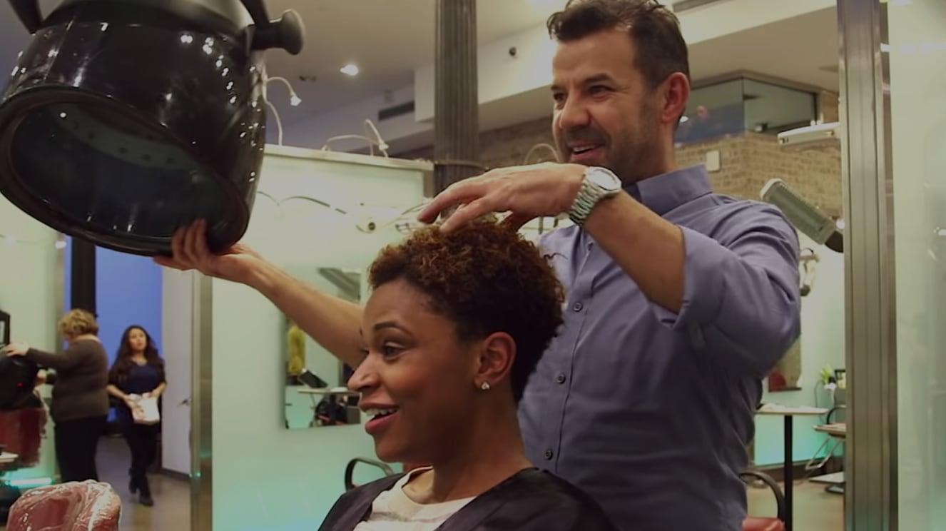 Peluquero con cliente, manos en el cabello