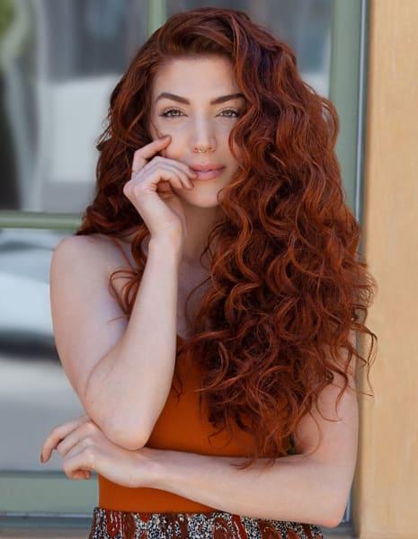 Femme aux cheveux ondulés