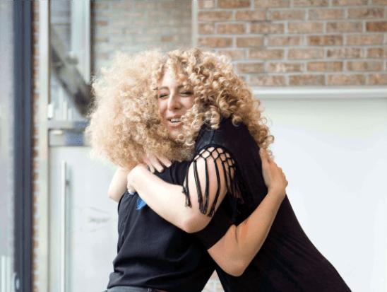 Cliente che abbraccia hairstylist