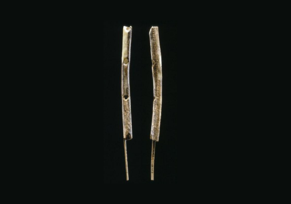 A photograph shows the remains of two mamoth ivory flutes.