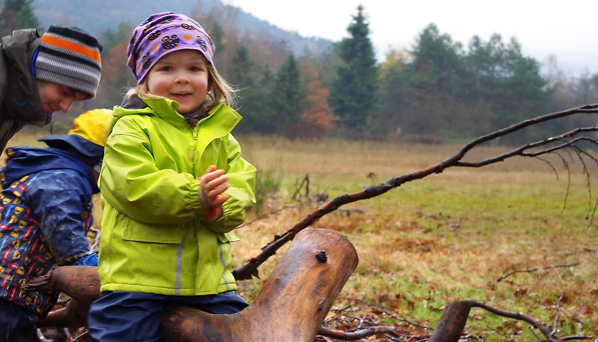 Kind im Waldkindergarten