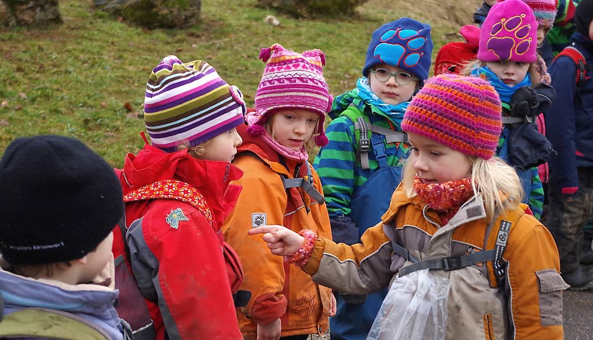 Kinder beim abzählen im Waldkindergarten Regensburg