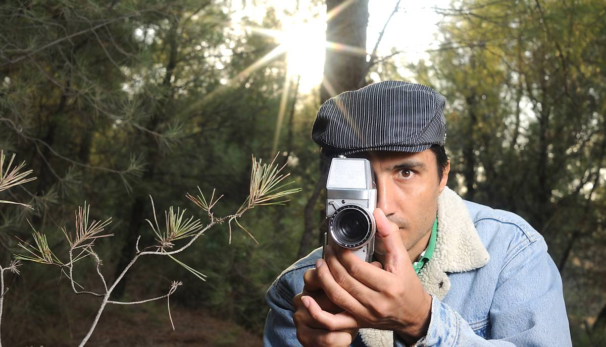 Mann stellt Filmkamera für Aufnahmen in der Natur scharf
