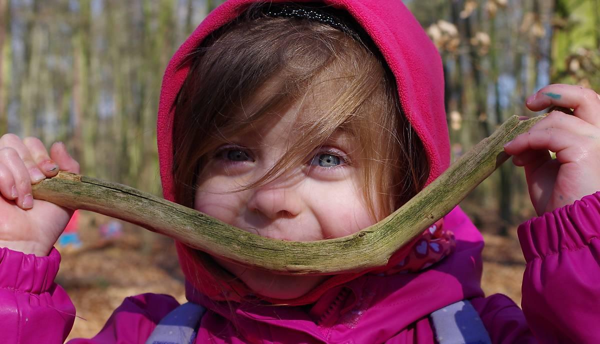 Kind im Wald mit Stock