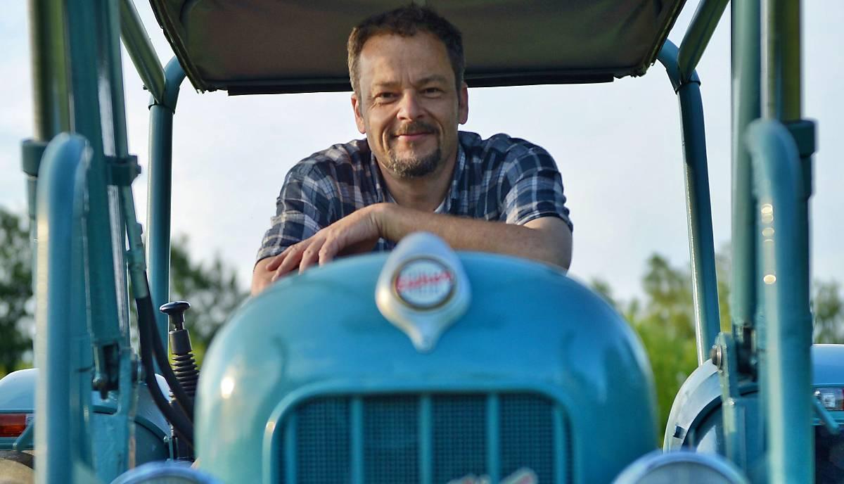 Jan Haft, der vielfach preisgekrönte Tierfilmer auf seinem Traktor. Beim bewirtschaften seiner eigenen Wiese achtet er darauf, dass die Artenvielfalt erhalten bleibt.
