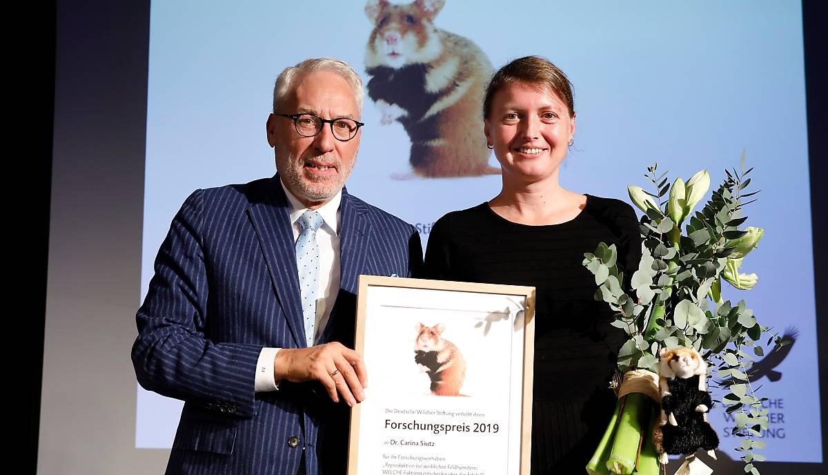 Prof. Dr. Fritz Vahrenholt, Alleinvorstand der Deutschen Wildtier Stiftung, mit Dr. Carina Siutz, Gewinnerin des Forschungspreises 2019. Foto: Andreas Costanzo