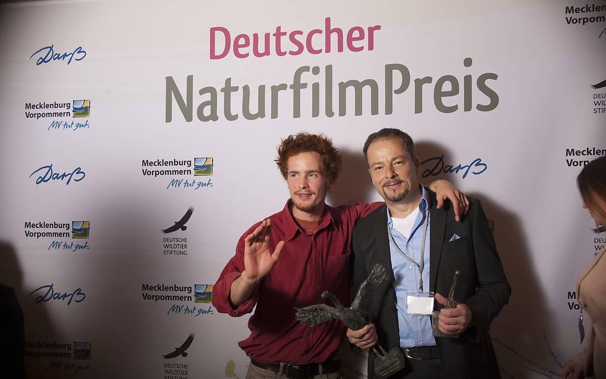 Ludwig Nikulski, Festival-Fotograf, mit Jan Haft, Preisträger des Darßer NaturfilmFestivals 2017 (von links nach rechts).