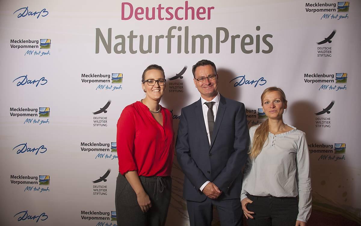 Moderatoren der Veranstaltung Stefanie Neumann und Ivo Bozic mit Birgit Chroust  von der Deutschen Wildtier Stiftung (von links nach rechts).