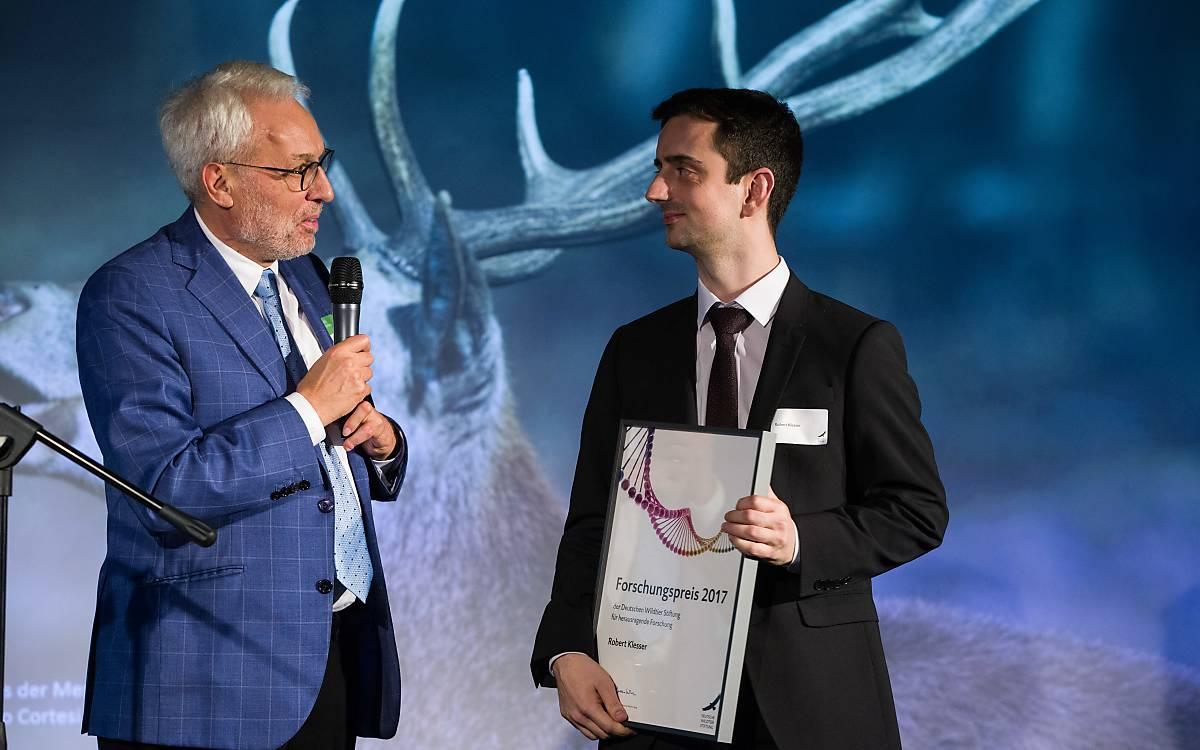 Prof. Dr. Fritz Vahrenholt, Alleinvorstand der Deutschen Wildtier Stiftung mit Robert Klesser, Gewinner des Forschungspreises 2017