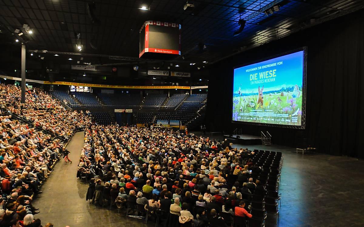 3.500 Zuschauer kamen in die Sparkassen-Arena in Kiel, um bei der Publikumspremiere von Jan Hafts neuen  Naturfilm dabei zu sein. Foto: Thies Hinrichsen