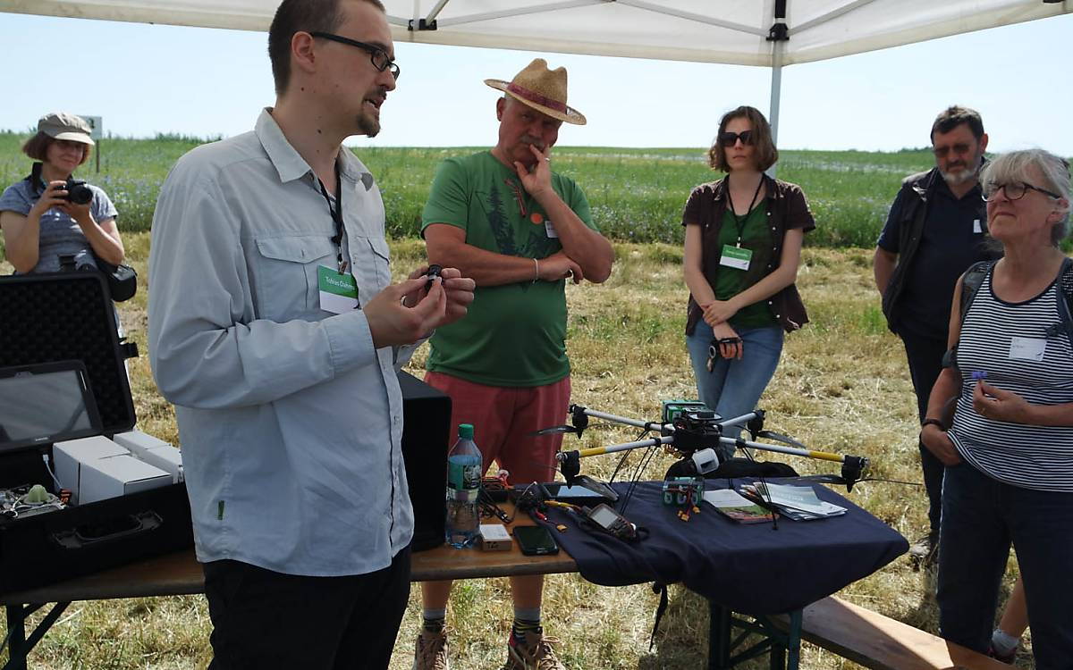 Tobias Dahms erklärt die Drohnen und ihren Einsatz bei der Rehkitzrettung. Foto: Barbara Blenski