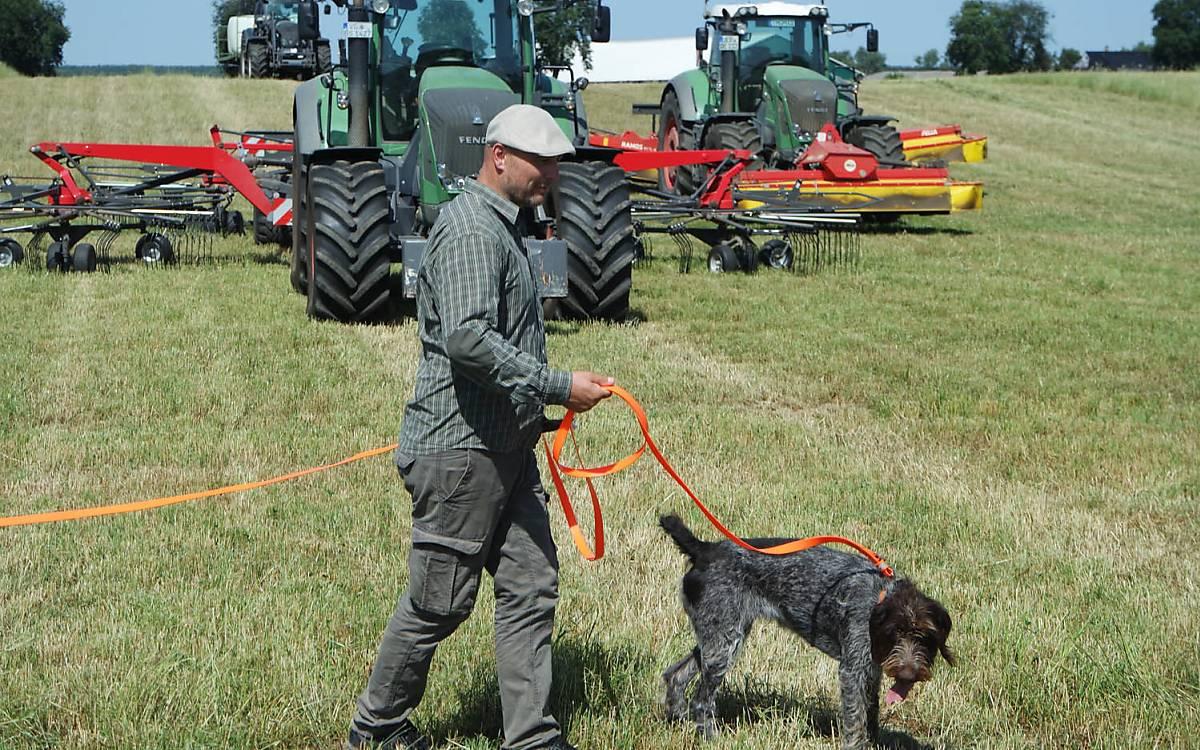 Hundeführer im Einsatz bei der Rehkitzsuche. Foto: Barbara Blenski