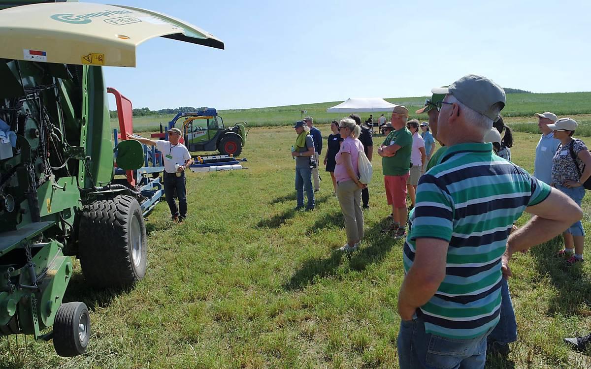 Landwirt erklärt die unterschiedlichen Maschinen. Foto: Barbara Blenski