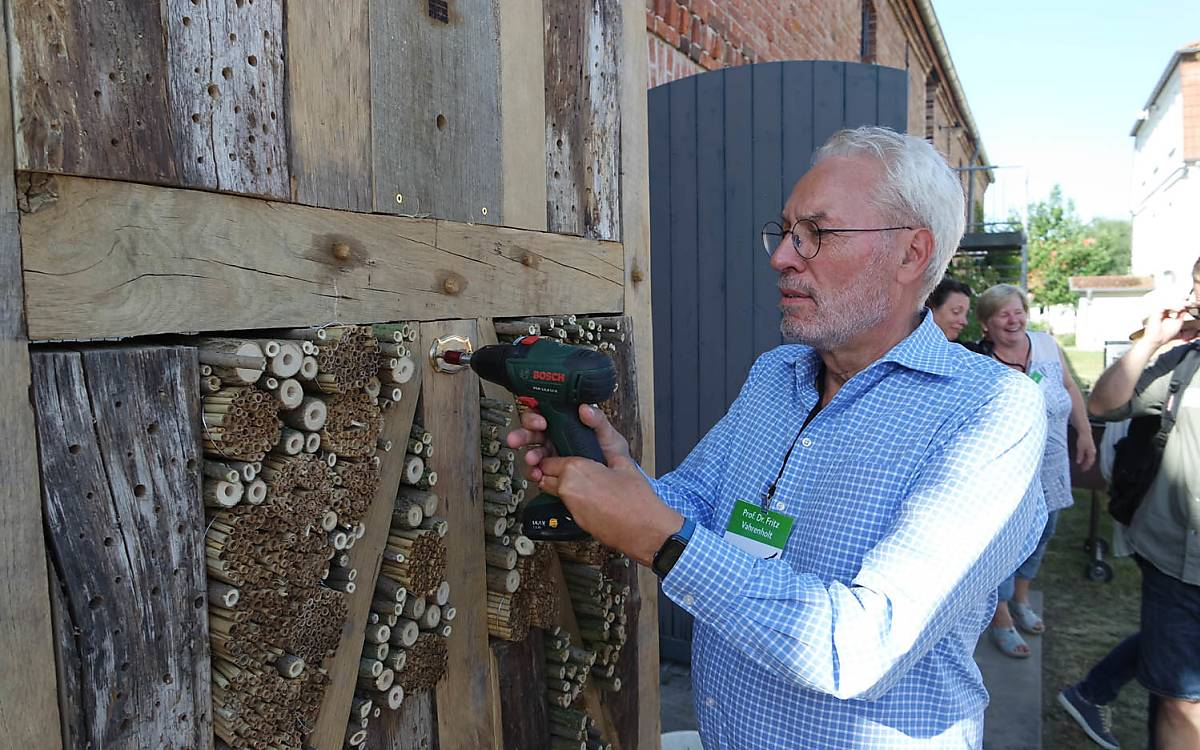 Einweihung des Wildbienenhotels durch Prof. Dr. Fritz Vahrenholt. Foto: Barbara Blenski