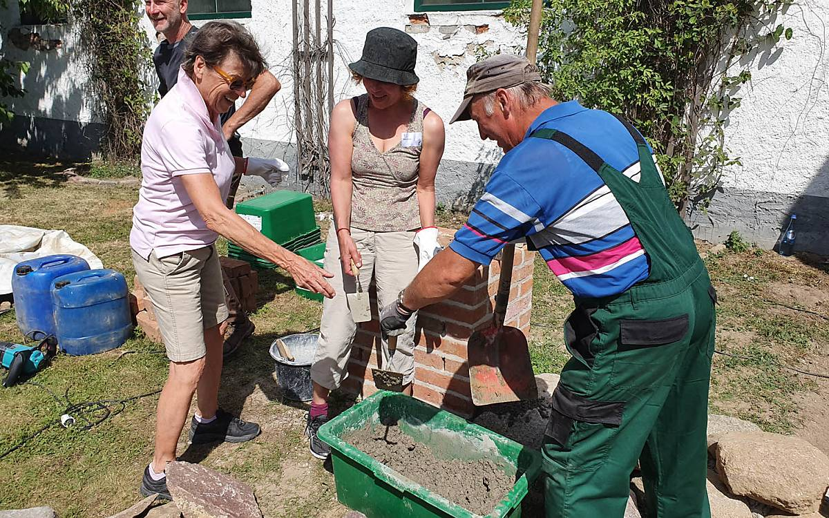 Spender bauen die Trockenmauer für spezielle Wildbienenarten. Foto: Jens Knüppel