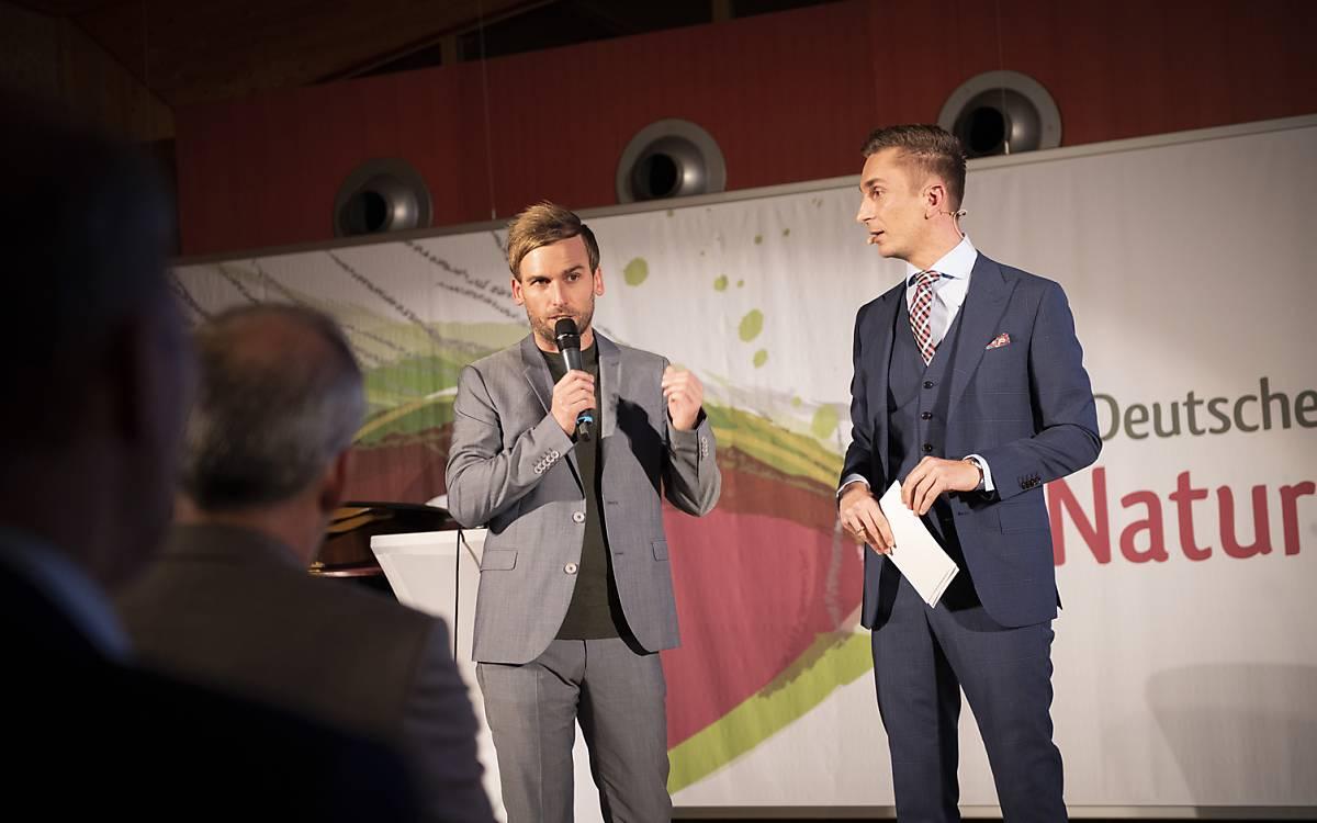 Festivalleiter Kai Lüdeke und Moderator Eric Mayer (ZDF) im Rampenlicht bei der Preisverleihung