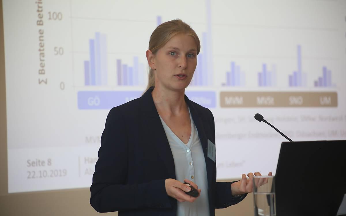 Hannah Böhner vom Thünen-Institut präsentierte die Ergebnisse der Evaluation der Beratung - Foto: DeWiSt / Mo Camara