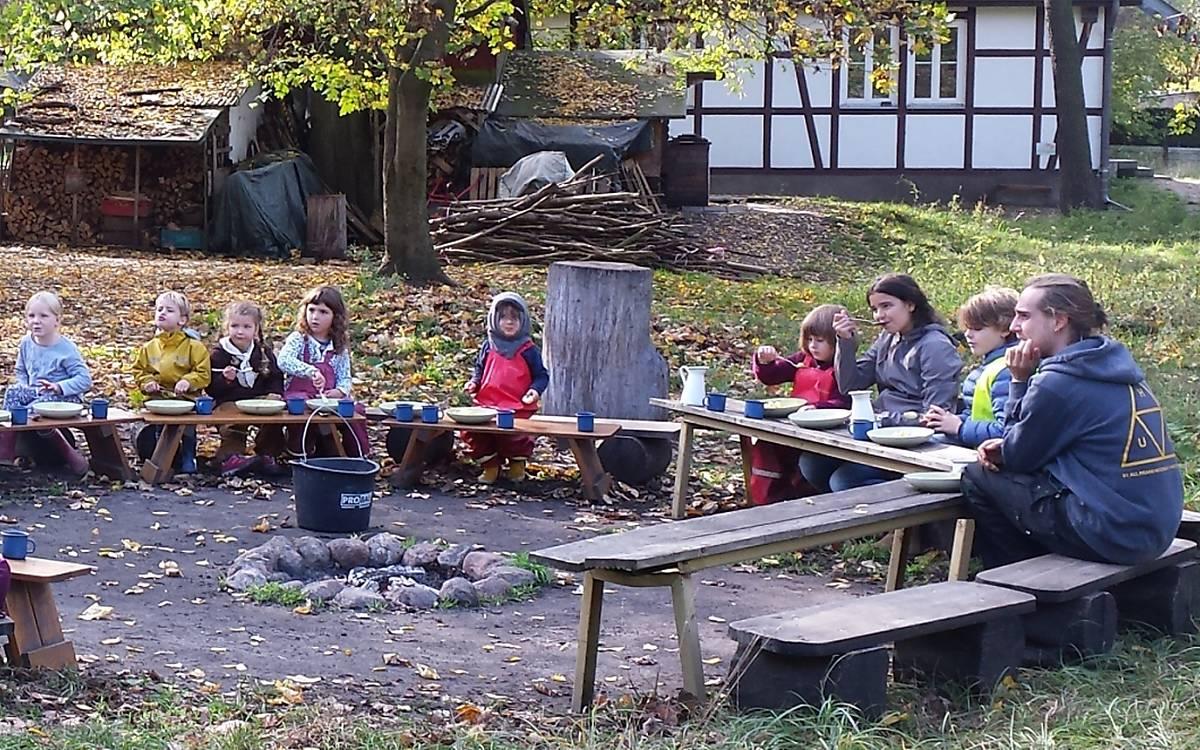 ... am Lagerfeuerkreis - Fotos: Ilona Jentschke