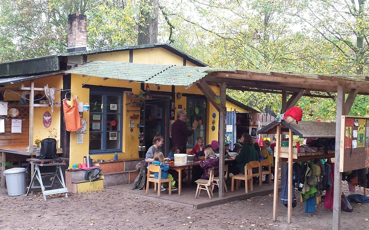 Der Kindergarten mitten im Wald, ist ein ehemaliger Kohleschuppen - Foto: Ilona Jentschke