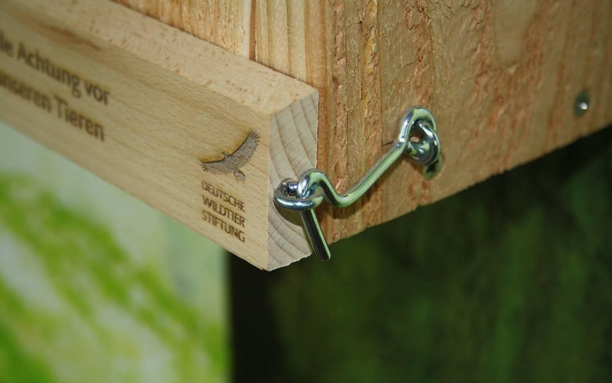 Sturmhaken zur Sicherung  gegen ungewolltes Öffnen der Reinigungsklappe