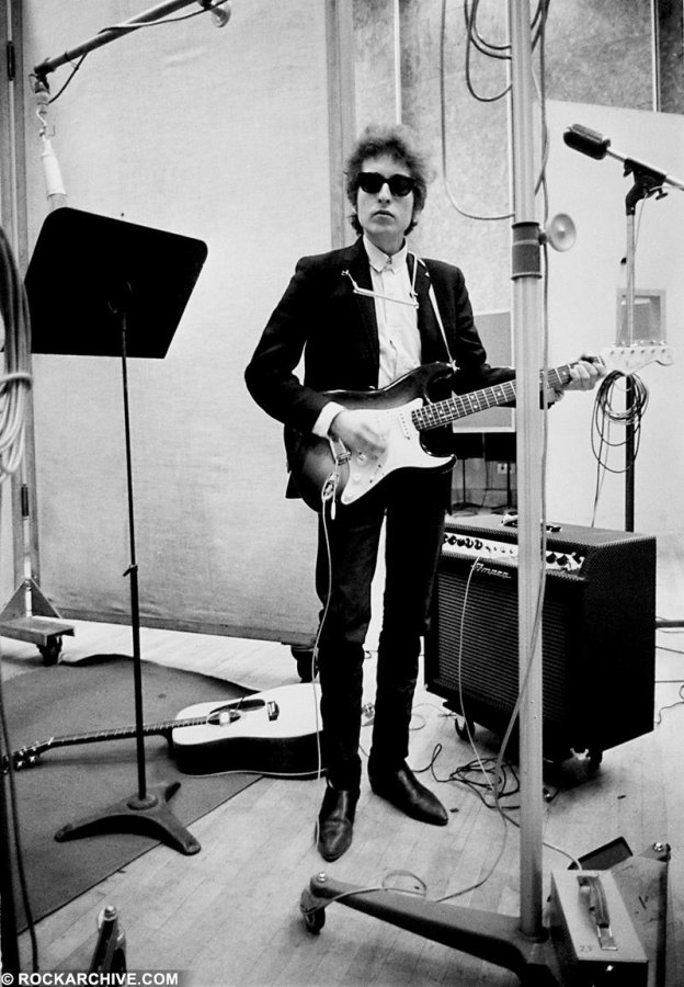 Rockarhive.com photo of Bob Dylan in black in white