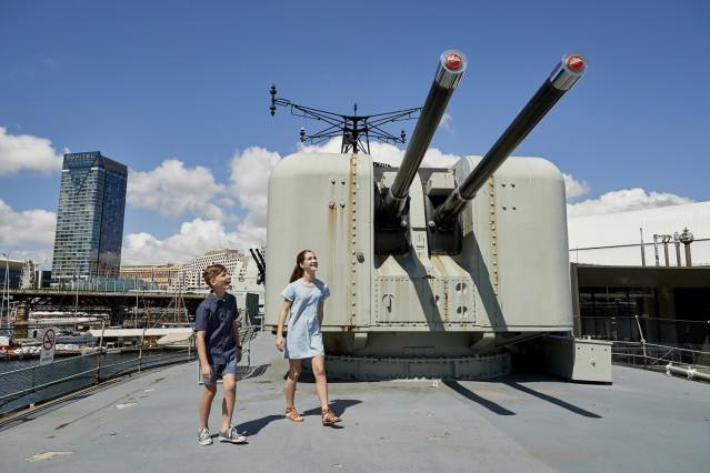 潜水艇と駆逐艦の見学をスタート