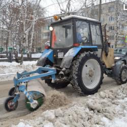 В санитарную пятницу убирали снег, сбивали сосульки