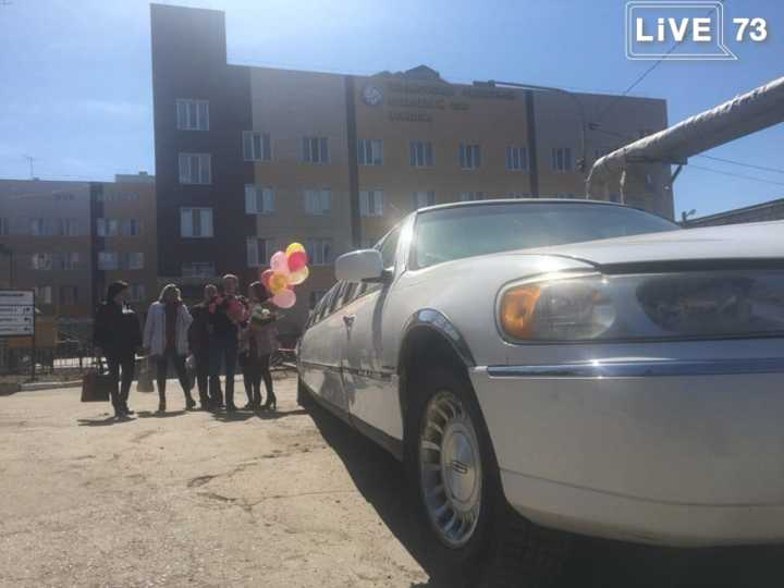 После выписки из родильного дома Ульяновской областной больницы женщину встретил роскошный лимузин