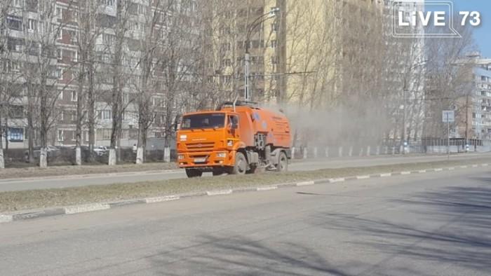 На улицах Заволжского района ведутся подготовительные работы перед покраской бордюров