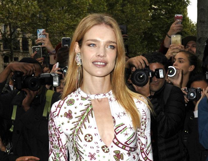 «Молодая леди»: Водянова позировала в белоснежном вязаном платье и часах с бриллиантами в саду