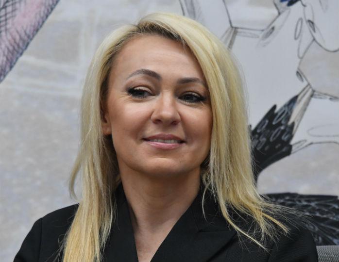 «Почти 30 лет не играла»: Рудковская в юбке макси и жакете сыграла на фортепиано в офисе