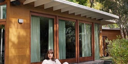 Звезда фильма «50 оттенков серого» Дакота Джонсон провела экскурсию по своему дому в Лос-Анджелесе
