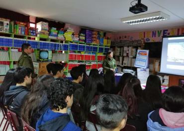 Charla de Escuela de Carabineros sobre los procesos de admisión.