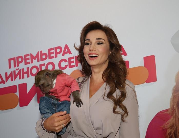 «Страхи пройдут, эпидемия успокоится!»: Анфиса Чехова показала свою красоту в коротком халате