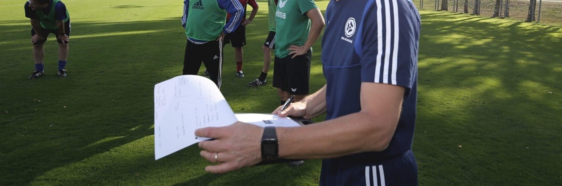 Maik Halemeier leitet eine Trainingseinheit während der Fortbildung der DFB-Elite-Jugend-Lizenz.