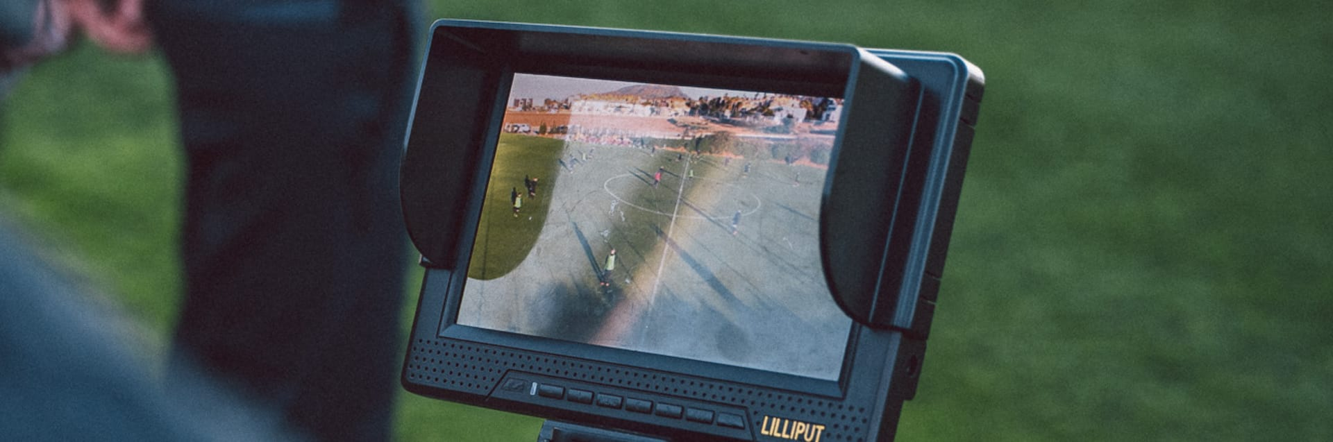 Die Spielanalyst der U16-Nationalmannschaft filmt ein Training der Junioren. Auf dem Screen der Kamera sieht man den Trainingsausschnitt.