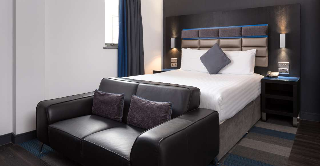 Smart Studio with King size bed and sofa – Serviced Apartment Chester