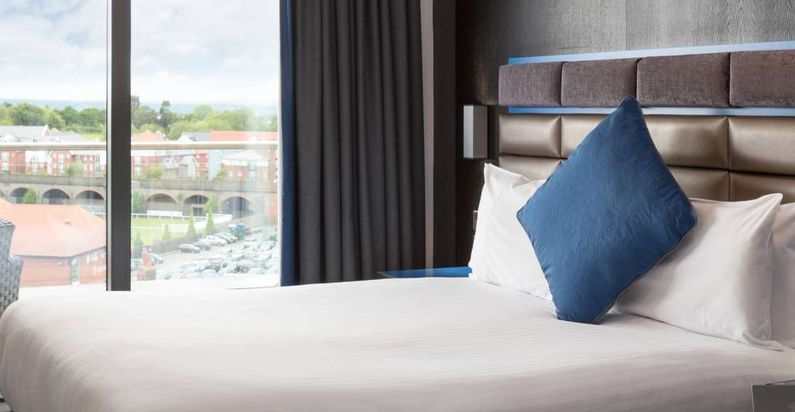 Penthouse suite with king size bed and racecourse view – Serviced Apartment Chester