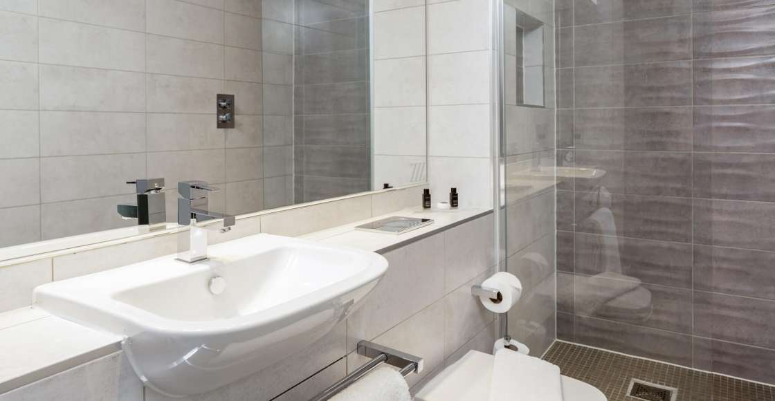 Grande Studio en-suite with walk in power shower- Serviced Apartment Chester