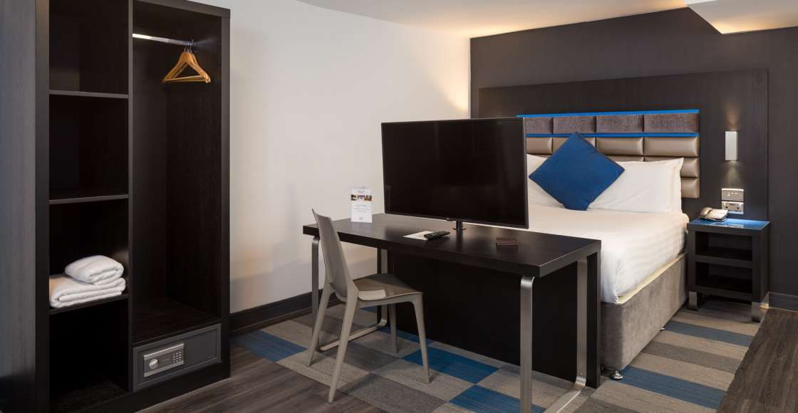Grande Studio with King Size Bed and Flat Screen Television – Serviced Apartment Chester