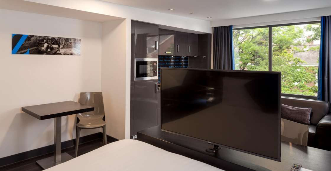Grande Studio with flat screen television and kitchenette – Serviced Apartment Chester
